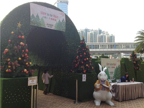 The entrance of the maze with the White Rabbit standing next to the time tunnel
