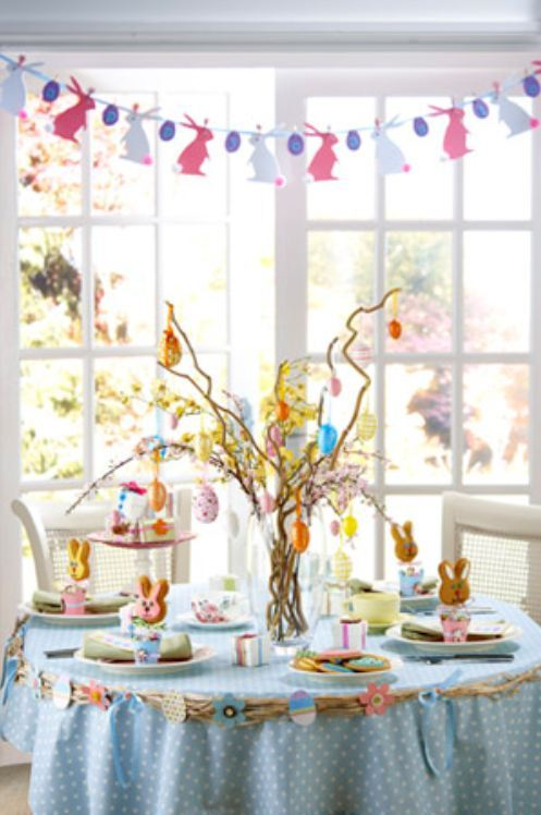 Have you ever seen a lovelier Easter table? Yet, quite simple paper and egg decoration.