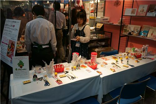 A crafting table to try some clay crafting at the trade show