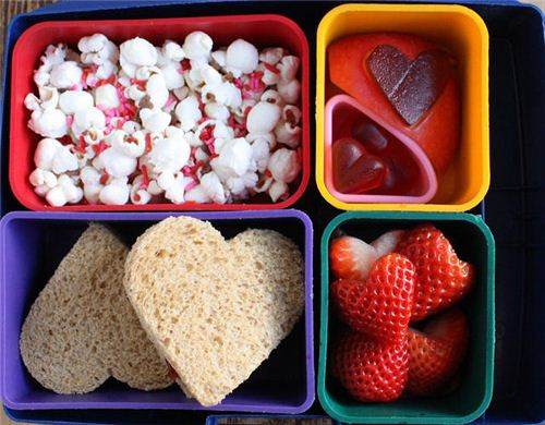 A kawaii heart-shaped bento lunch found on the blog Wendolonia