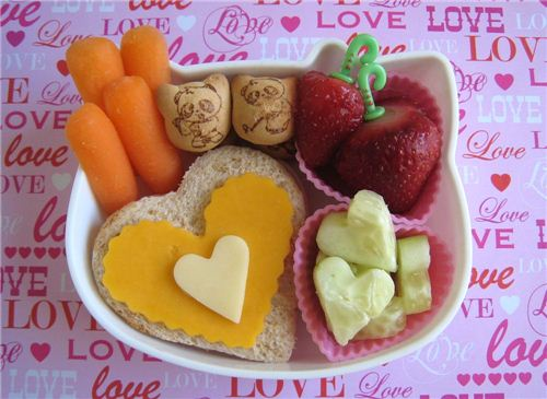 Cute Valentine's Day bento seen on bentolunch.net