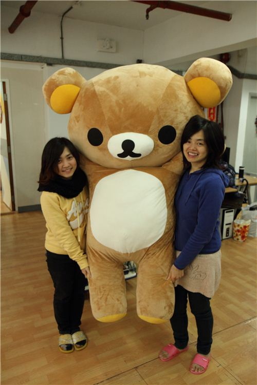 But then the fun starts: Lok and Karen can only carry the bear together - it is taller than they are