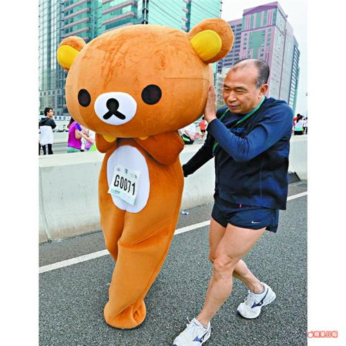 Running a marathon is not really Rilakkumas thing - he is just too lazy (photo: hk apple daily)
