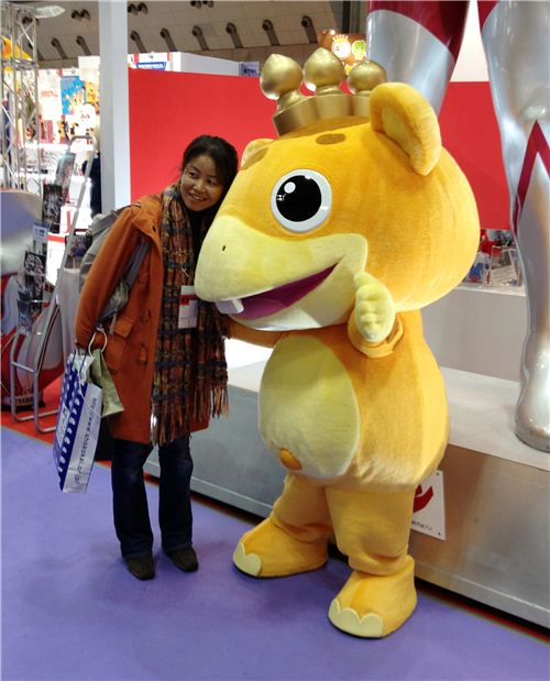 Everybody wantet to take their picture with one of the huge characters running around on the Gift Show