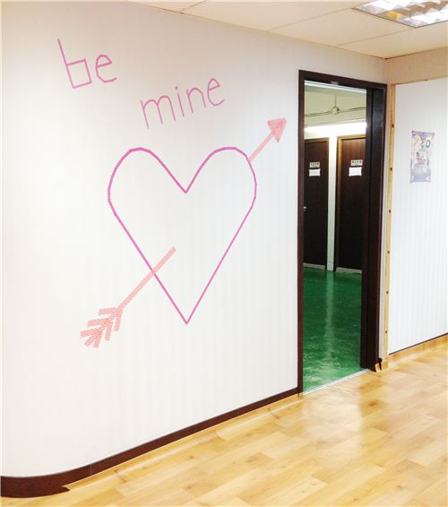 The Masking Tape wall decoration just took 10 minutes to make