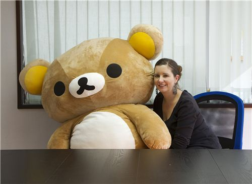 Big Rilakkuma is asking Sandra lots of questions at our lunch table